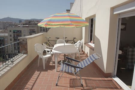 private room in a shared apartment in Sants Estació (metro lines green and blue and train to airport and Madrid / Paris) Huge 30 sm terrace. 2 bathrooms, air conditioned, parquet extremely sunny apartment
