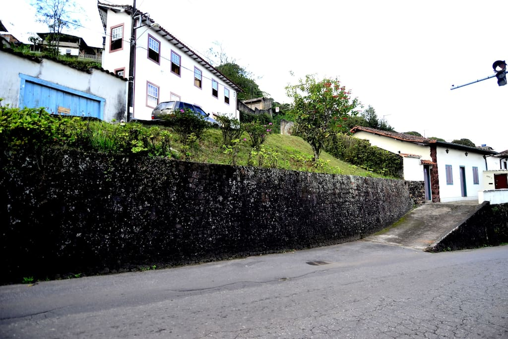 Vista da rua e acesso a casa.