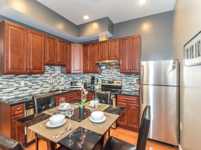 Central Downtown 2 BR Apt by Convention Center -1A