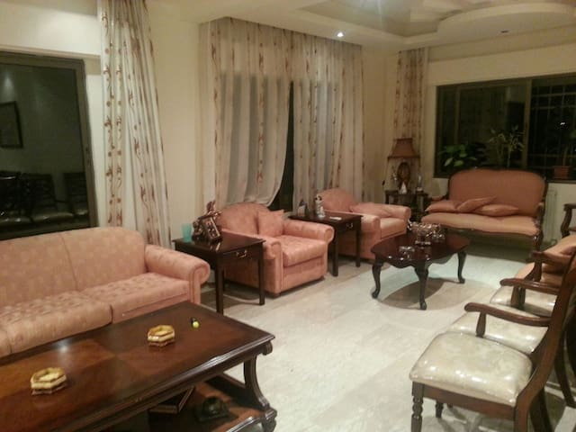 Lovely room with great senior hosts - amman - Bed & Breakfast