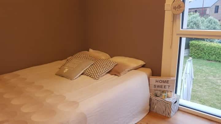Chambre lit double et petit déjeuner dans maison