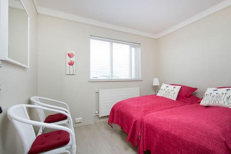 Room for 3 by the sea/airport - Gardur