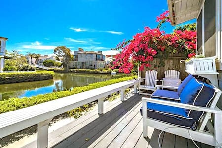 ADORABLE Cape Cod Beach Cottage on the famous Venice Canals. 1.5 blocks from Venice Beach, & Boardwalk. View of water from every room. Lovely views as you walk along the canals. Comes with Bikes & Boats, full Kitchen, Laundry, A/C, BBQ and outdoor eating area, HDTV, free WiFi, welcome coffee &  starter toiletries
