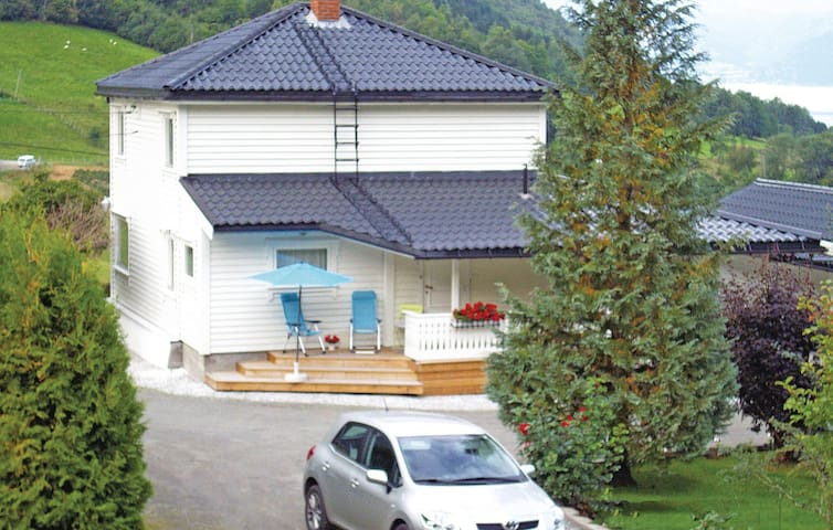 Holiday cottage with 3 bedrooms on 125 m² in Fresvik