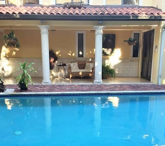 AWSOME POOL HOUSE, 4 BEDROOM, 3 BATHROOM!! - South Miami