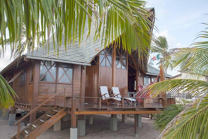 Fachada da casa à beira mar.