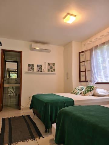 Nossa suíte 2, acomoda até quatro pessoas, sendo 1 cama de casal e uma bicama