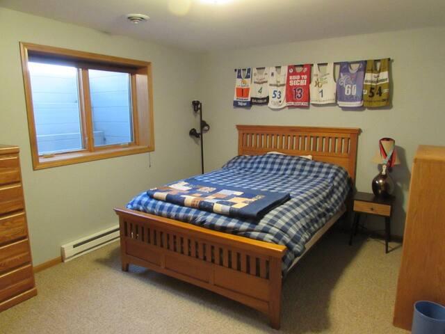 Private basement bedroom and bath - Eau Claire - Apto. en complejo residencial