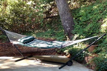 "Relaxing ""Hillside Lodge"" Sleeps 4"