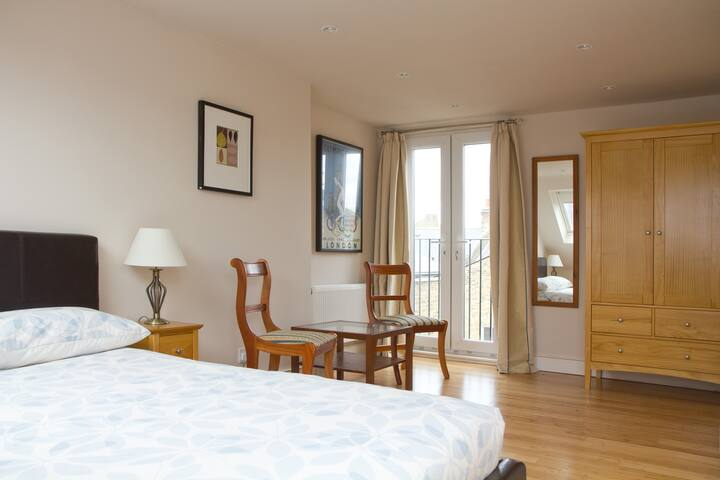 Large Clean dbl private shower room - London - Bed & Breakfast