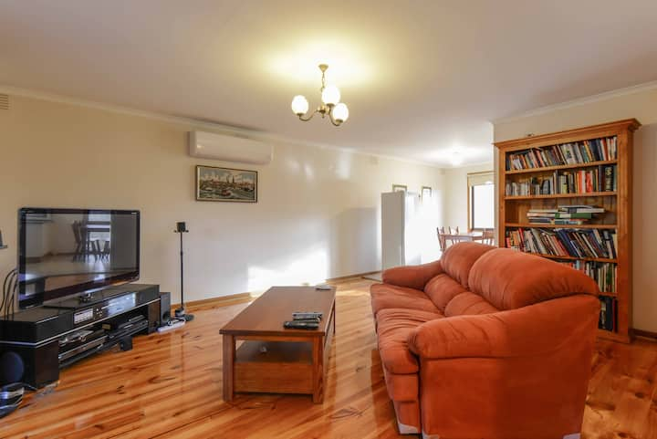 Short walk to Eastland & trains with air con