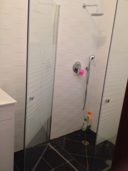 Grande salle de bain , douche à l'italienne, gants serviettes , draps de plage.