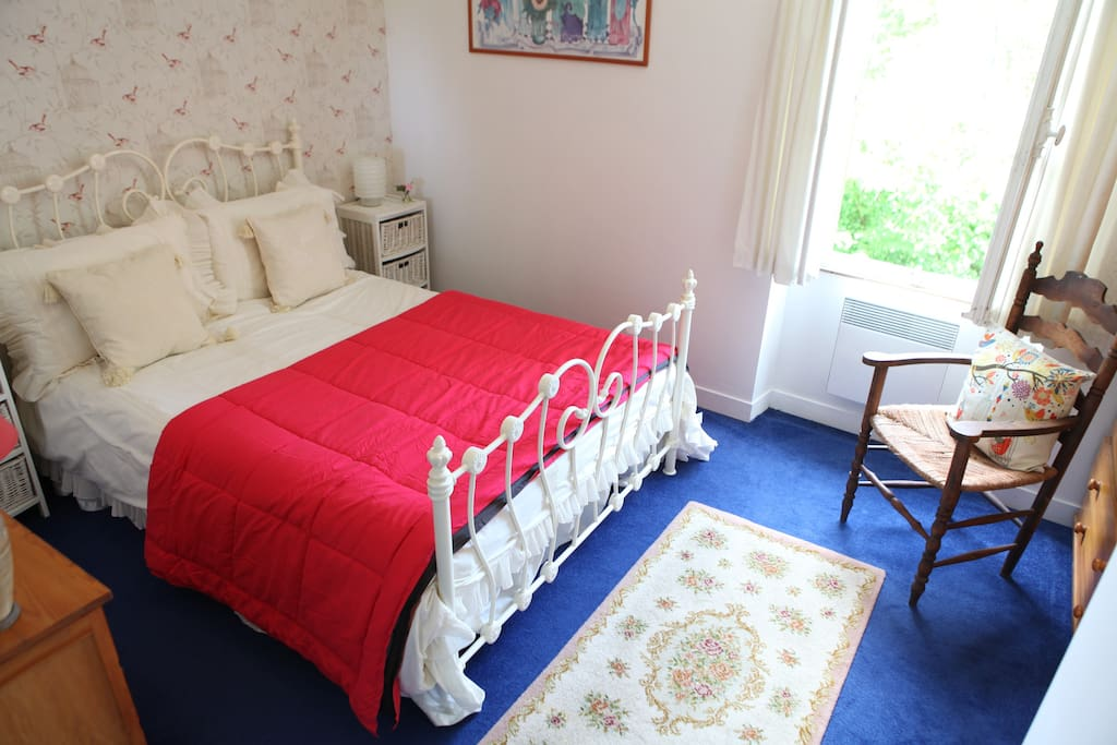 Beautiful light and airy doulbe bedroom, overlooking the lawn and trees.