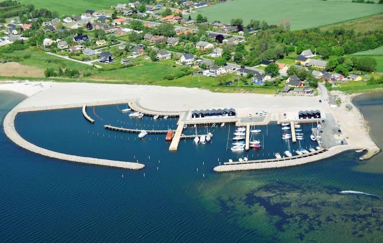 Strand, lystbådehavn,natur,stilhed.