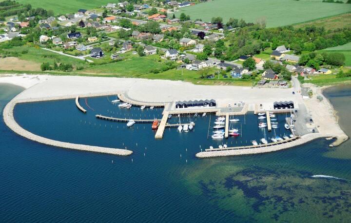 Strand, lystbådehavn, natur, stilhed. Lejlighed A.