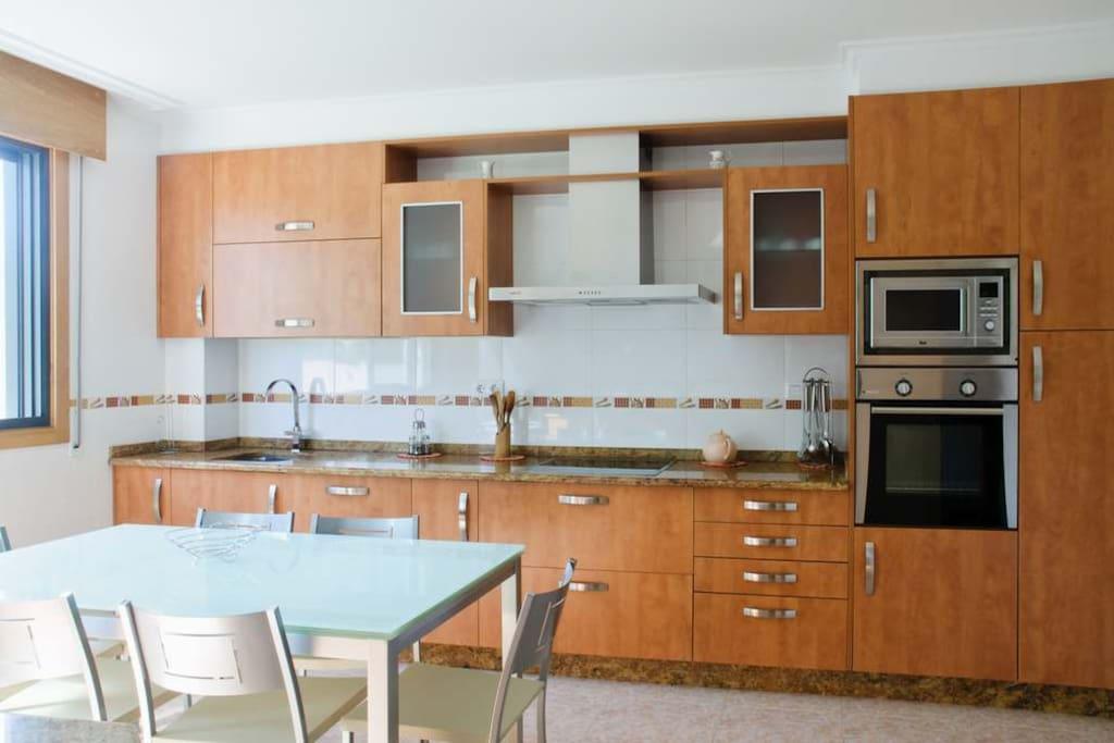 Cocina amplia y bien equipada. incluso con lavavajillas y microondas