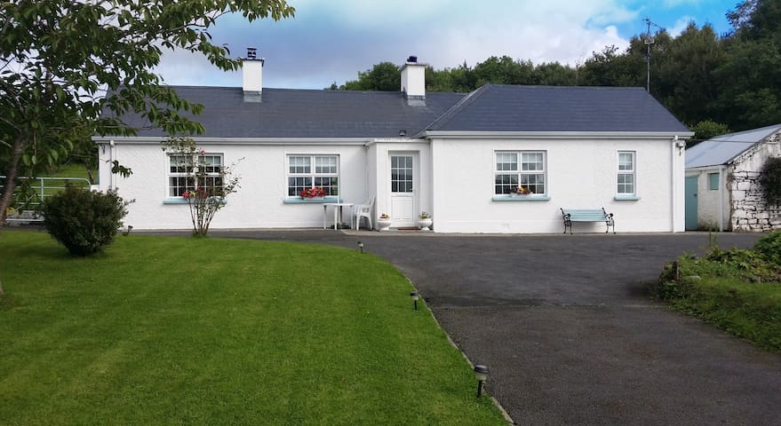 Cozy traditional Irish cottage Fermanagh/Donegal