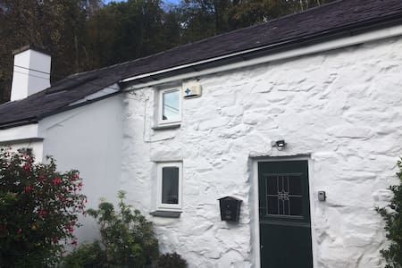 Is-Y-Graig detached 200 year old cottage
