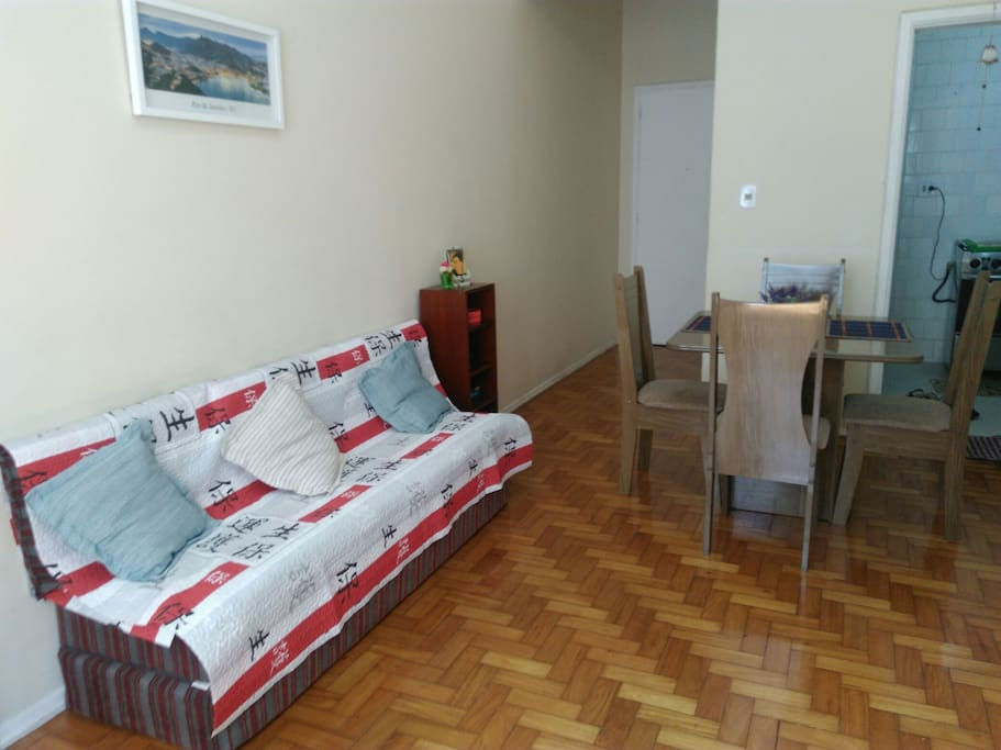 Spacious living-room next to the kitchen. Sala de estar espaçosa e próxima da cozinha.