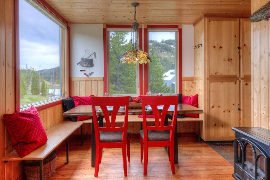 Dining area-Great view of Lake Levinsky- Seats up to 6