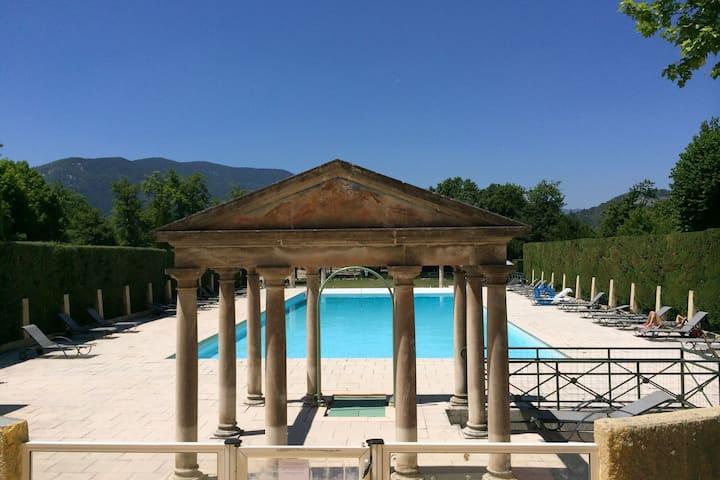Appartement cosy dans un château de la Drôme avec piscine