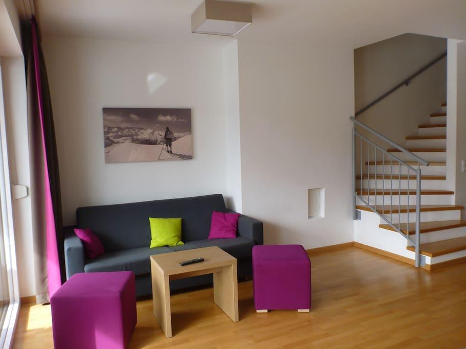 Wohnzimmer mit Aufgang in den Schlafbereich