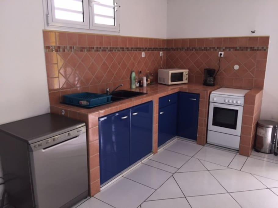 lave-vaisselle, gazinière, micro-onde