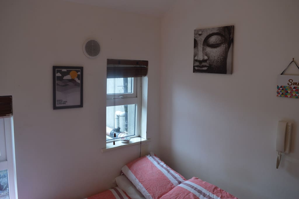 Lovely cozy apt with a luxury bed for you and your partner to rest in with a window that gives you alot of lighting to brighten up your day as you begin the sight seeing of Dublin
