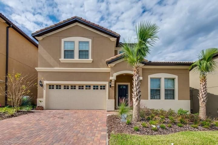 Lovely mansion w/ pool & jacuzzi close to Disney!
