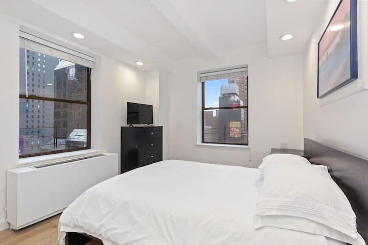 Private, corner bedroom in heart of Time Square
