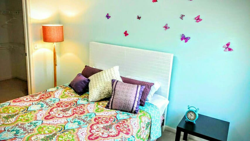 Queen Bed & Breakfast and Cute Cats! - Indianapolis
