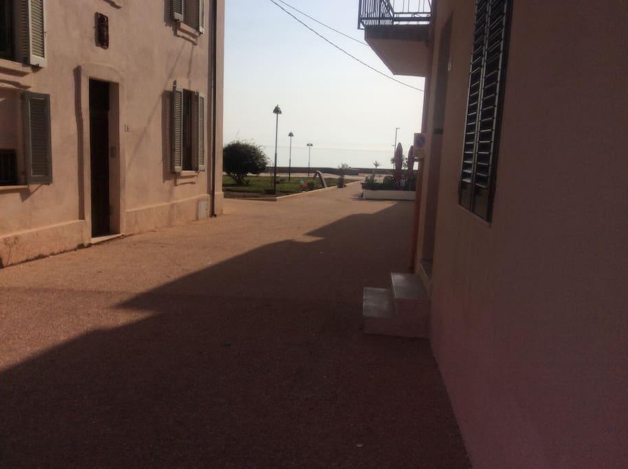 entrata fronte borgo Santa Lucia direttamente sulla piazza principale