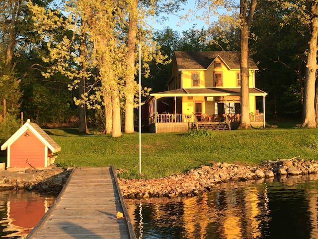 Thousand Islands Waterfront Cottage - Gananoque - Mökki