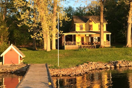 Thousand Islands Waterfront Cottage