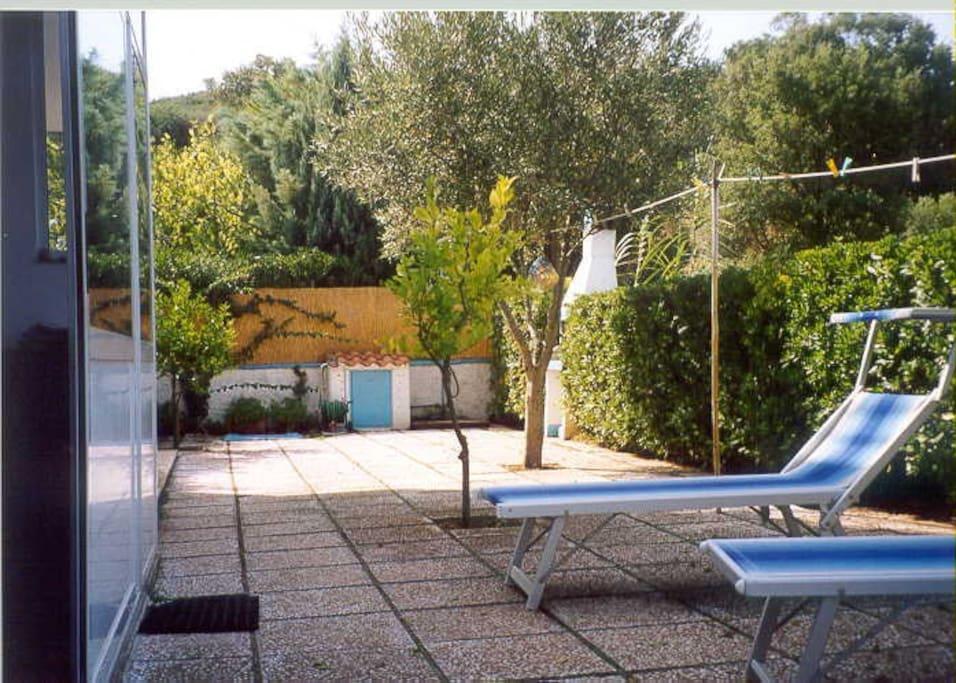il giardino esterno e le sdraio