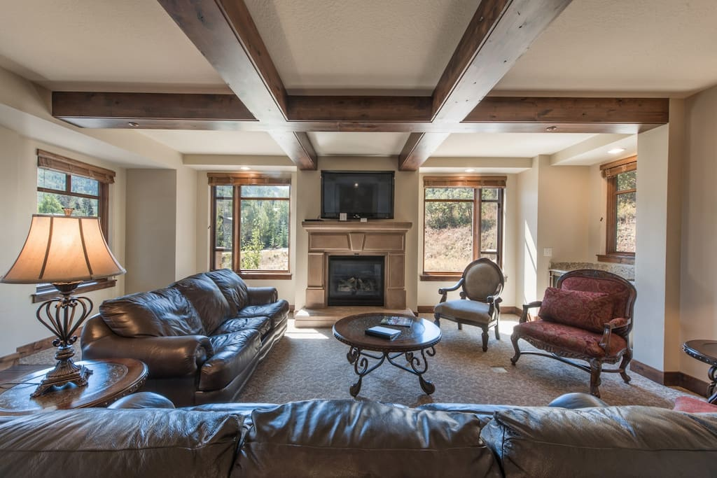 Enjoy the spectacular panoramic mountain views from the living area which is equipped with comfortable leather furnishes, HDTV and fireplace.