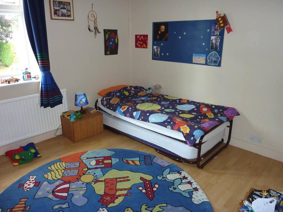 Children's bedroom with 2 single beds