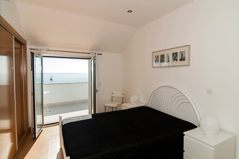 Quarto, com cama de casal e vista fantástica sobre a praia da Nazaré