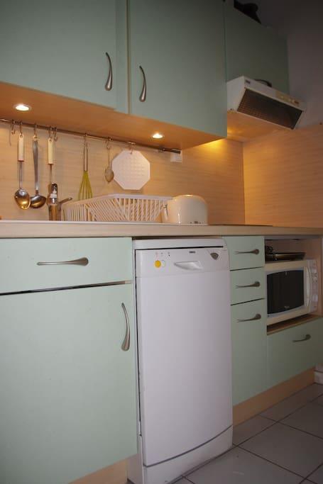 La cuisine offre le confort d'une maison habitée à l'année.