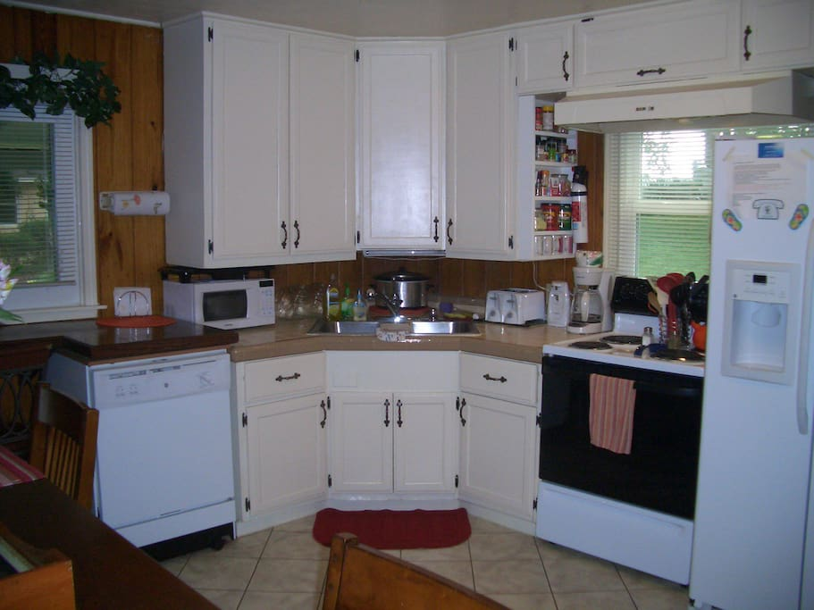 COMPLETLY FURNISHED  KITCHEN!!!