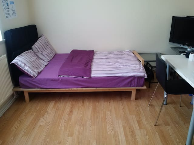 Cozy Bed in LIVING ROOM - SUPERHOST - Manchester - House