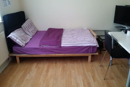 Cozy Bed in LIVING ROOM ->Traveller - Manchester
