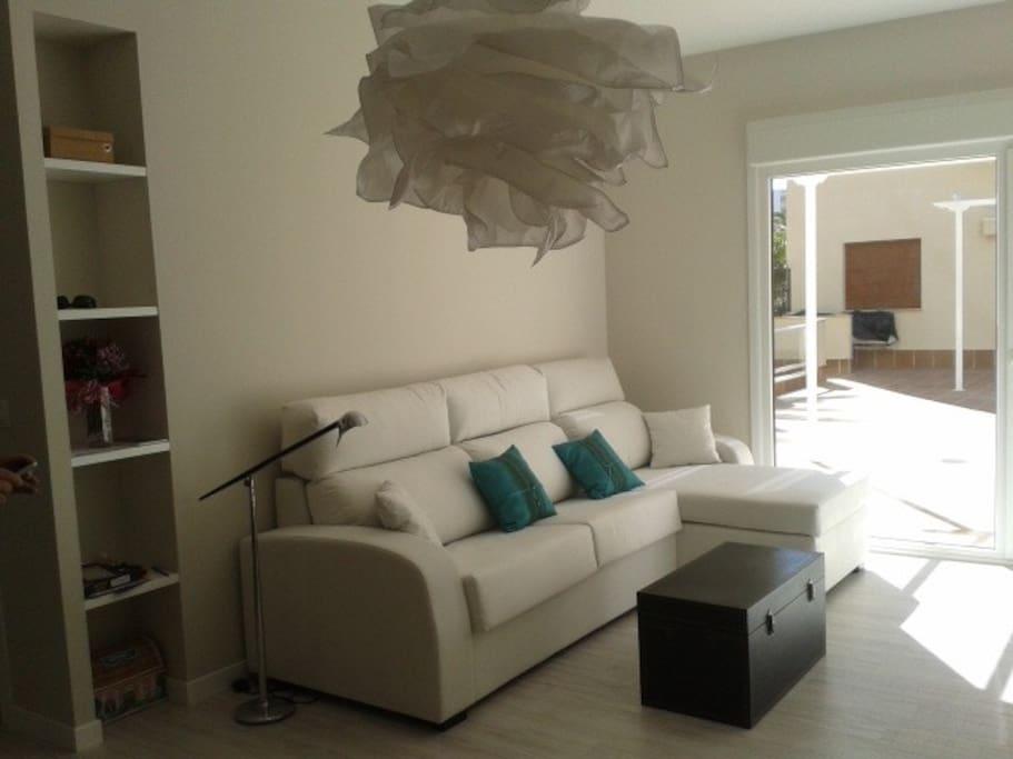 Salón con sofá cama y chair lounge