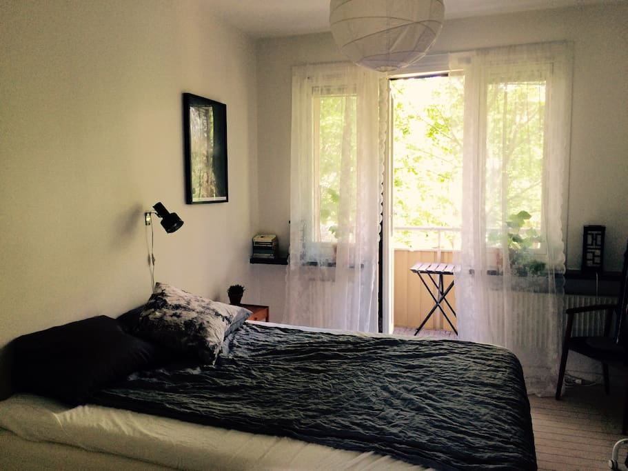 Airy bedroom with comfortable 1.60 meter bed.