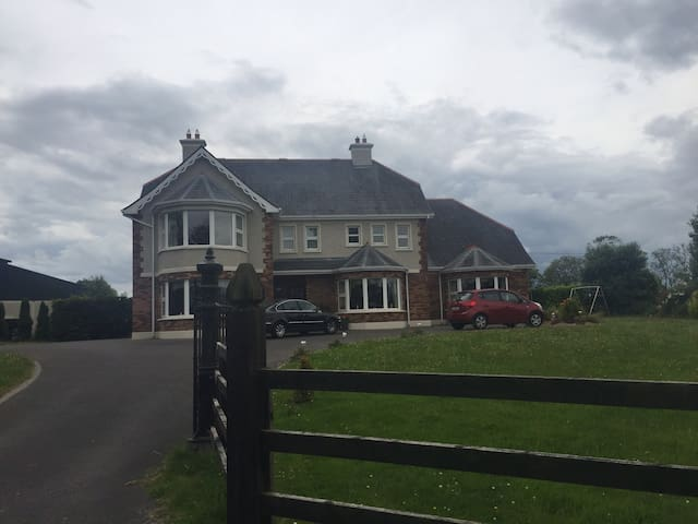 Charming Country Side Farm House - Ballinasloe