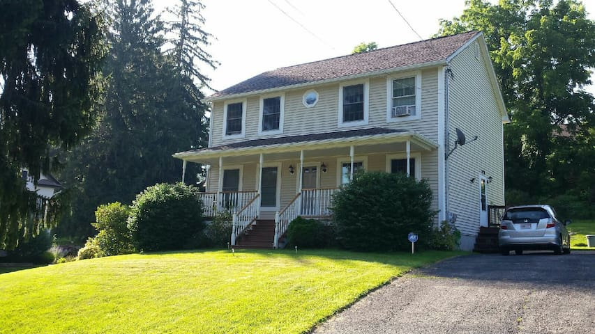 Entire first floor-very private - Millbury - Hus