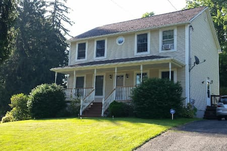 Entire first floor-very private - Millbury - Huis