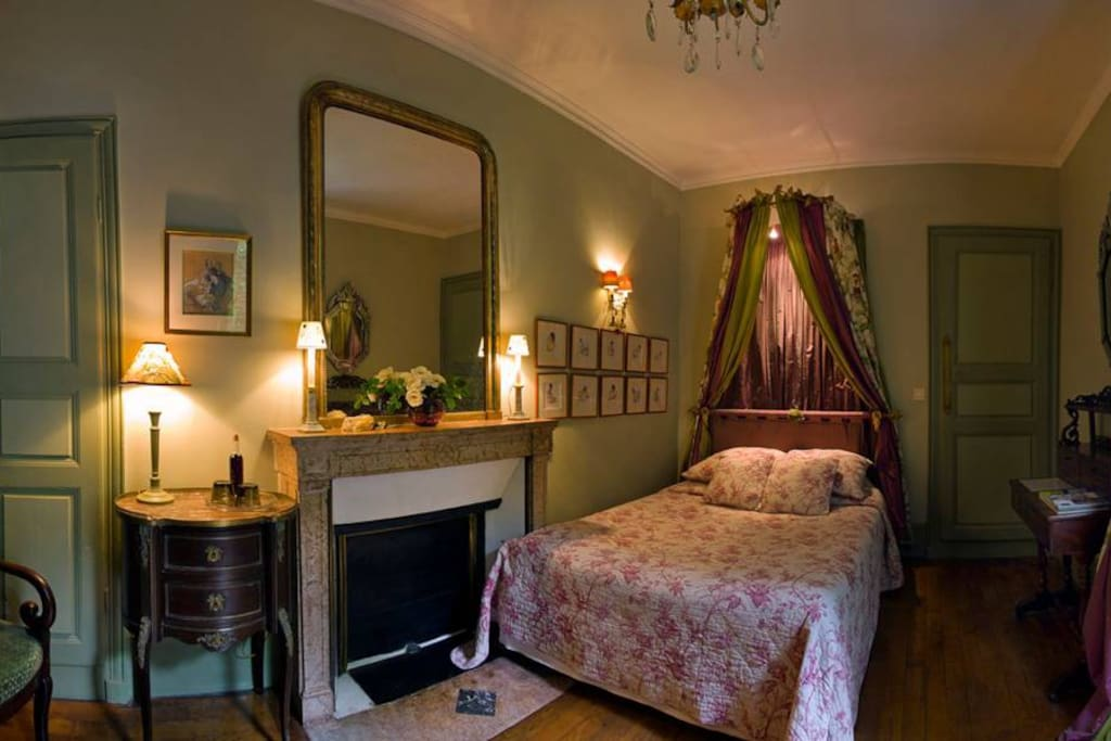 chambre d 39 h te sous le baldaquin maison d 39 h tes louer beaune bourgogne france. Black Bedroom Furniture Sets. Home Design Ideas