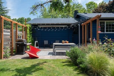 Charming Apartment - Huge backyard - Family Fun!