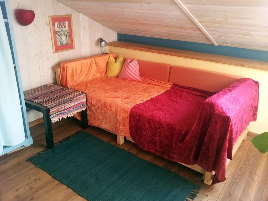 Oben auf der Galerie steht das Bett.